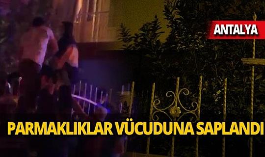 Antalya'da 26 yaşındaki genç demir parmaklıkların üzerine düştü