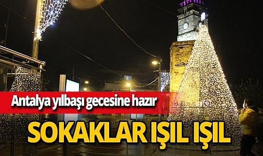 Antalya'da cadde ve sokaklar sokağa çıkma kısıtlamasına rağmen ışıklarla süslendi
