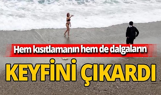Antalya'da kısıtlamadan muaf turist dalgalarla selfie yaptı