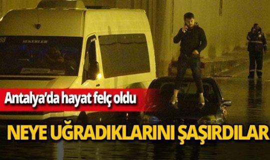Antalya'da vatandaşlar göle dönen alt geçitte mahsur kaldı