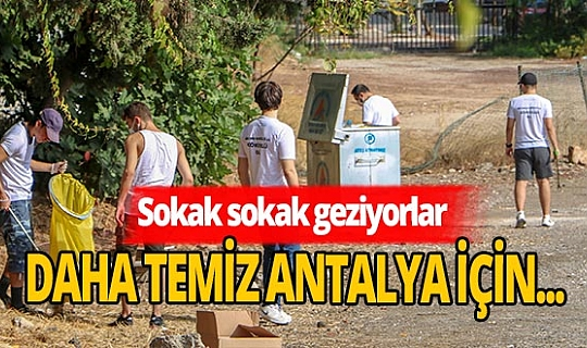 'Antalya Gönüllüleri' sokaktaki çöpleri topluyorlar