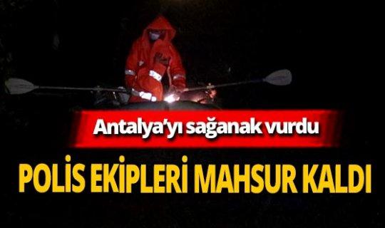 Antalya'yı sağanak vurdu! Ev ve işyerlerini su bastı