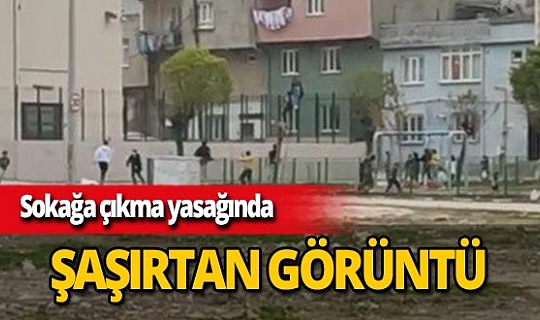 Bursa'da sokağa çıkma yasağında top oynayan çocuklar polisi görünce kaçtı