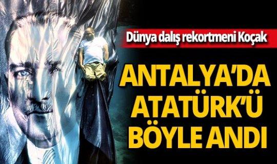 Dünya dalış rekortmeni Ufuk Koçak Atatürk posteri önünde saygı duruşunda bulundu