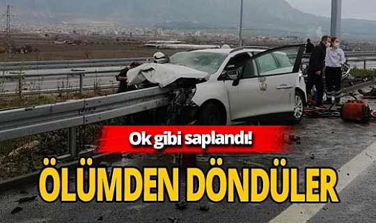 Feci kaza! Otomobil bariyerlere saplandı
