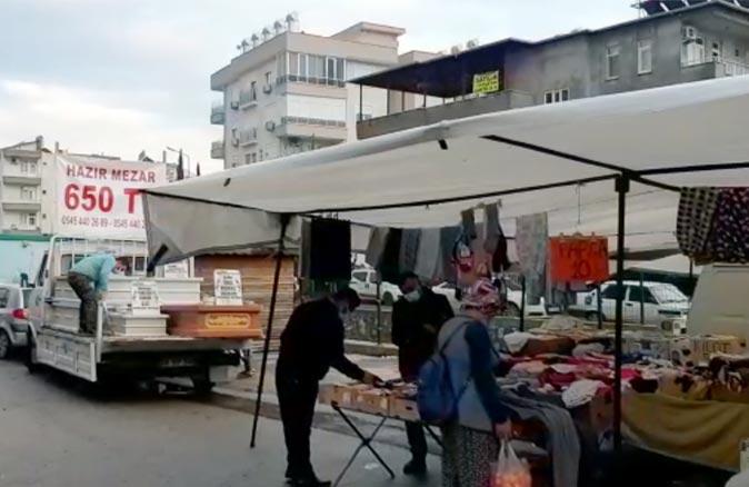 Antalya'da pazarda 'hazır mezar' tezgahı açtı