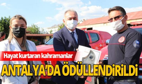 İzmir'de kurtarma çalışmalarına katılan Antalyalı ekibe plaket