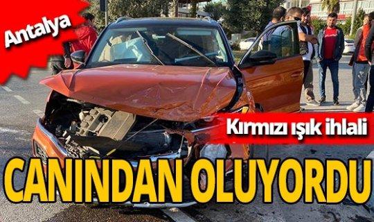 Kavşakta kaza: İki otomobil çarpıştı