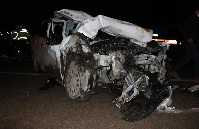 Otomobil, seyir halindeki kamyona arkadan çarptı