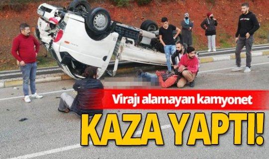 Manavgat'ta virajı alamayan kamyonet devrildi