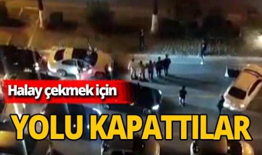 Mersin'de yolu trafiğe kapatıp halay çektiler!