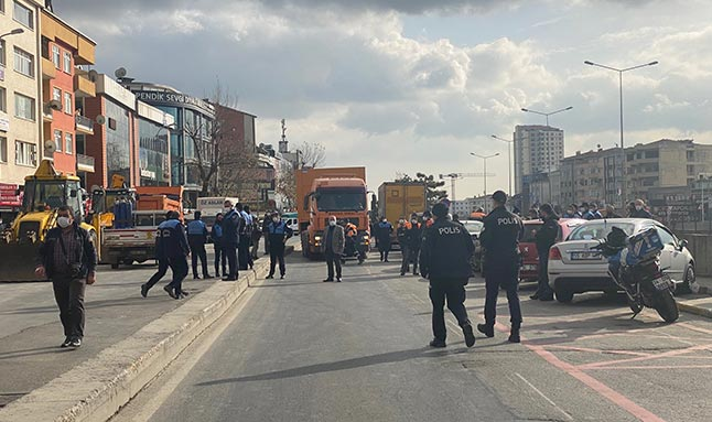 İstanbul'da gergin anlar! Çöp kamyonlarıyla yolu kapattılar