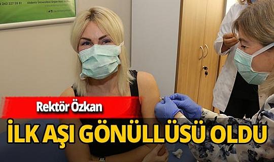 Rektör Özlenen Özkan koronavirüs aşısı için gönüllü oldu