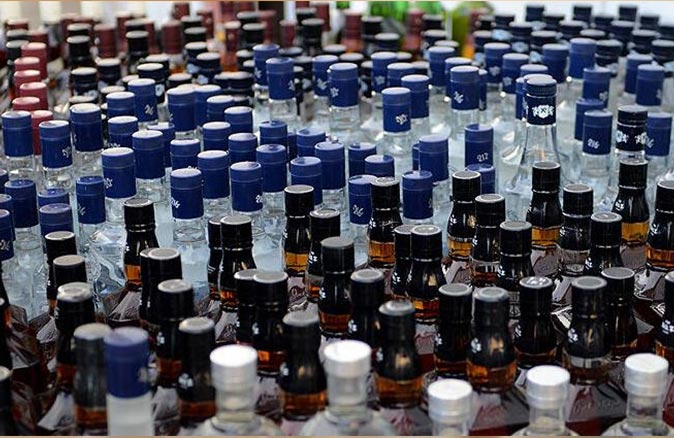 Adana'da litrelerce sahte içki ele geçirildi