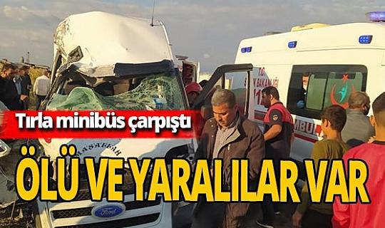 Şanlıurfa'da TIR ile minibüs çarpıştı: 1 ölü 8 yaralı