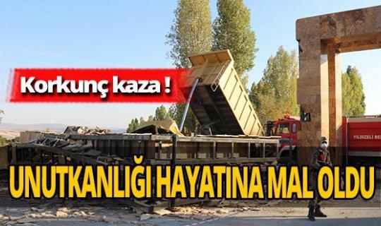 Sivas'ta feci kaza! Çarptığı tabelanın altında kaldı
