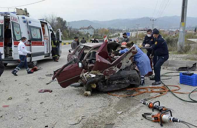 Feci kazada otomobil paramparça oldu! 2 kişi hayatını kaybetti