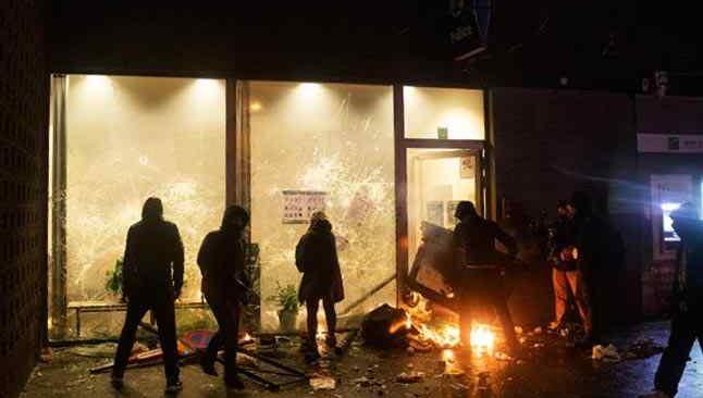 Brüksel'de karakolda ölen gencin ardından sokaklar karıştı