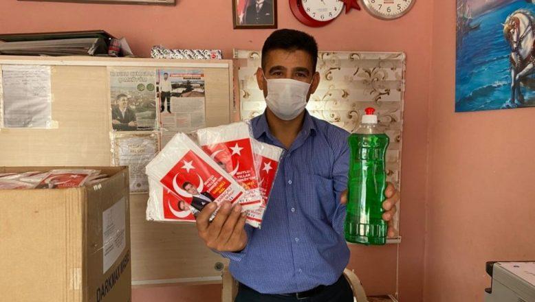 Pandemiye karşı mahallesine maske ve deterjan dağıttı