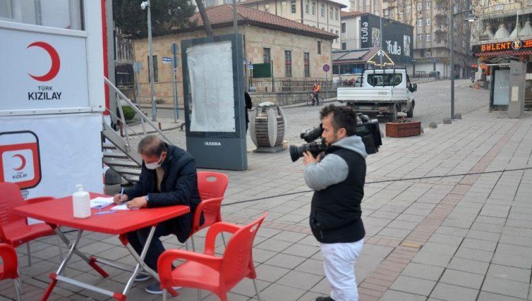 Türkiye'nin 'en kısa' gazetecisi Ümit Güngör meslektaşlarına taş çıkartıyor