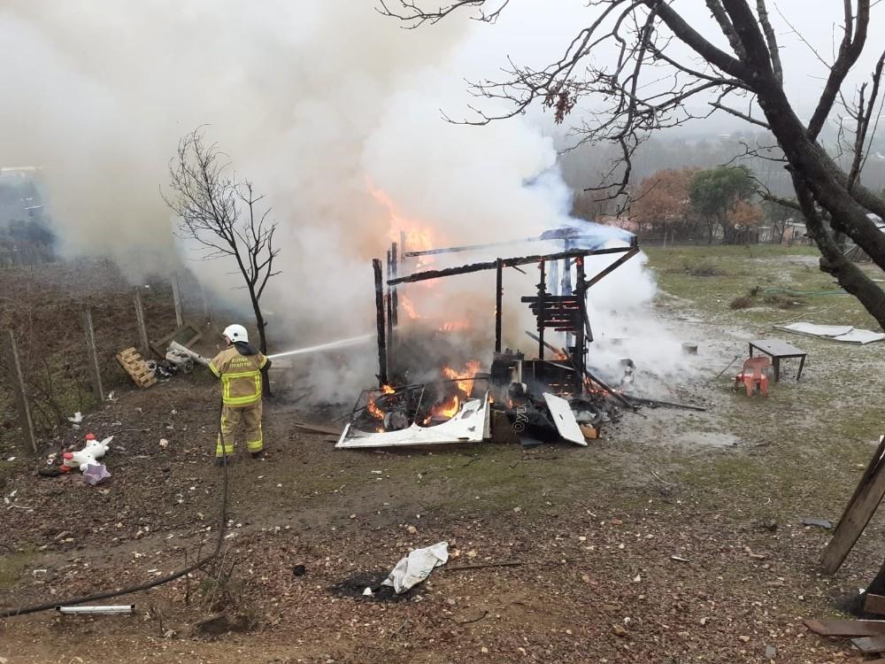 Elektrikli ısıtıcı barakayı küle döndürdü