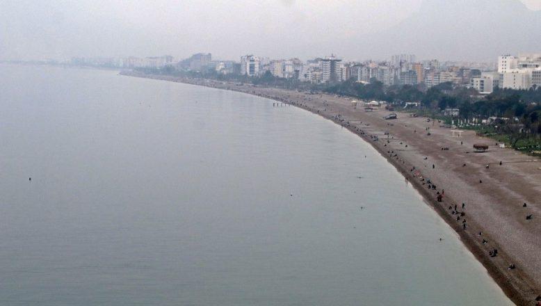 Kısıtlama bitti! Haftanın ilk günü Konyaaltı sahili nem bulutlarına teslim oldu