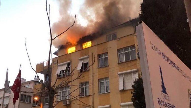 İzmir'de korkutan yangın! Bina alev alev yandı