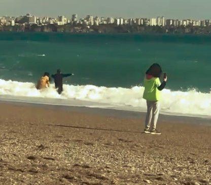 Yağmur ve fırtınanın dindi vatandaşlar kıyafetleri ile denize koştu
