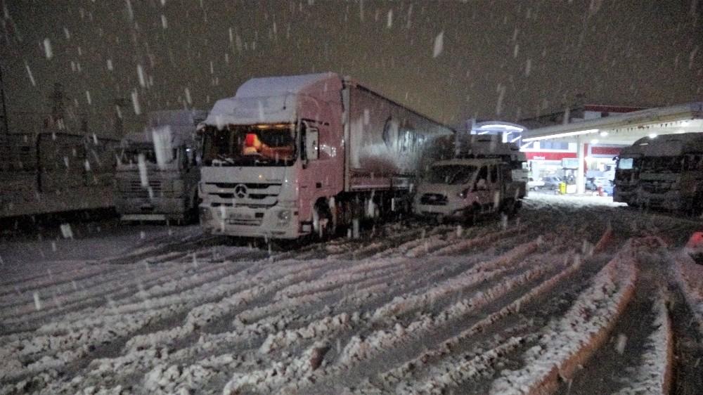 Tokat'ta yoğun kar yağışı geçitleri tıkadı