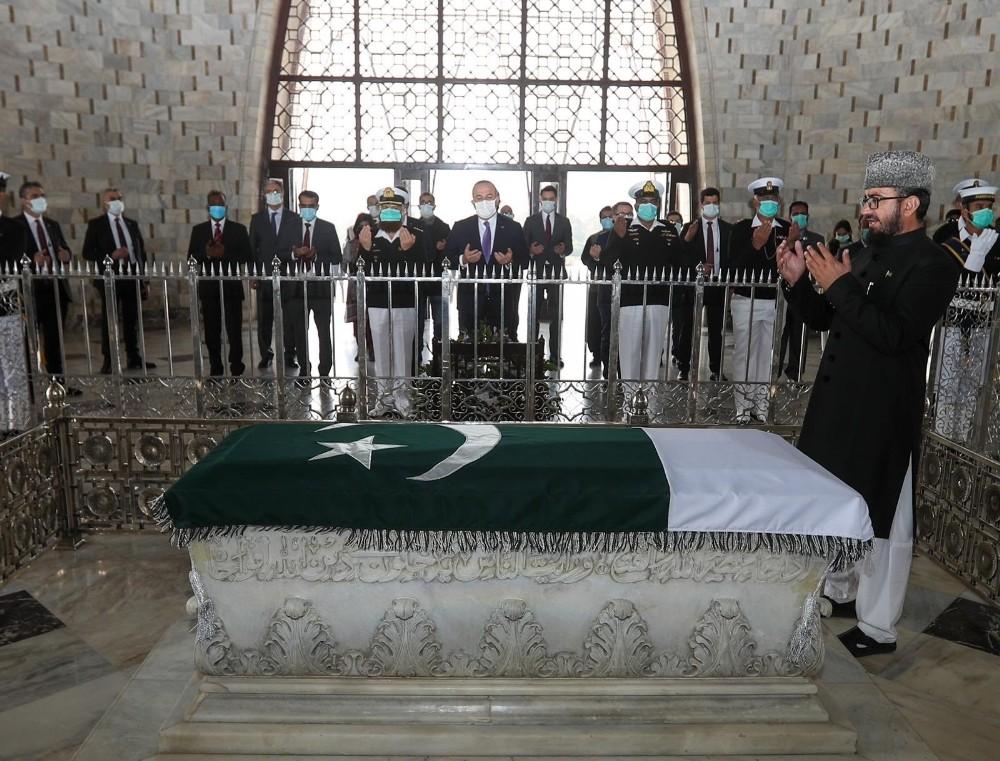 Bakan Mevlüt Çavuşoğlu, Pakistan'ın kurucu lideri Cinnah'ın mezarını ziyaret etti