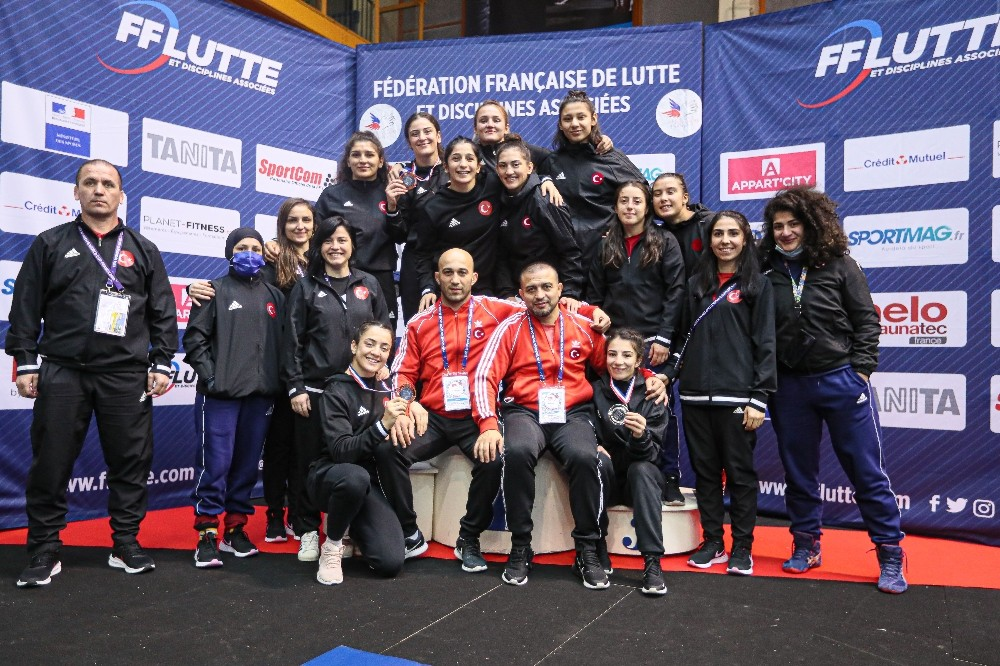Kadın güreşçilerden Fransa'da 3 madalya