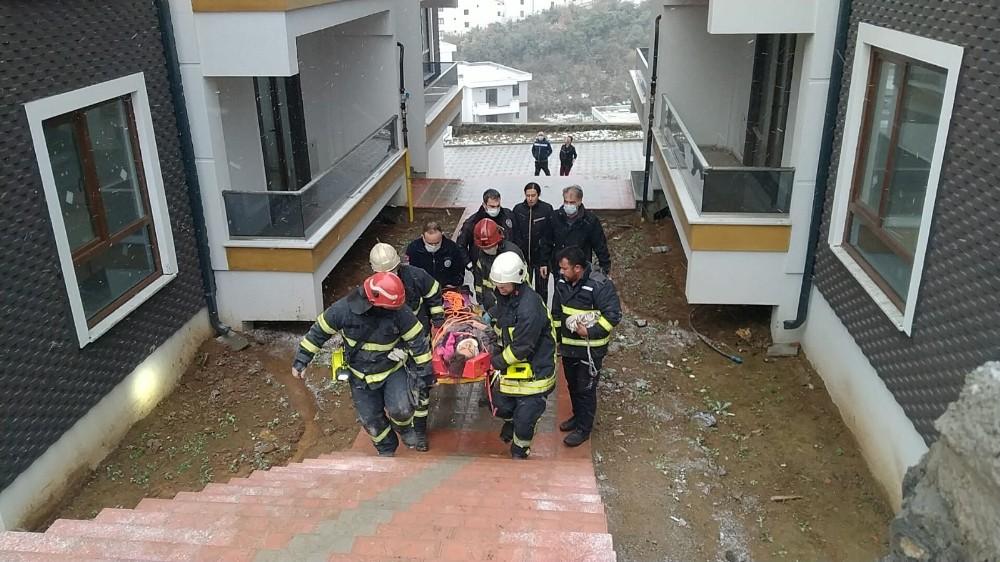 Asansör boşluğuna düşen genç kızı itfaiye ekipleri kurtardı