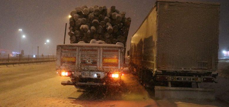 Bu yolları kullananlar dikkat! Kar nedeniyle ulaşımda aksaklık yaşanıyor