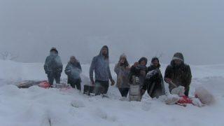 Kar nedeniyle yolda kalan vatandaşlar çileyi eğlenceye çevirdi