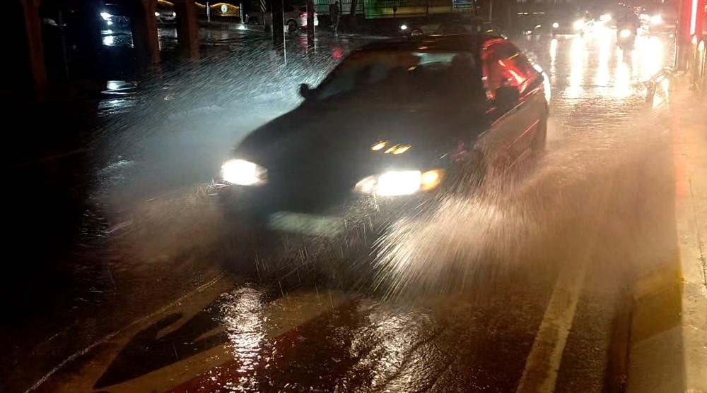 Meteoroloji uyarmıştı! Yağmur şiddetini artırarak devam ediyor