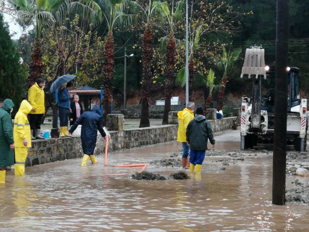 Kemer Belediyesi şiddetli fırtınadan etkilenen vatandaşlara yardım etti