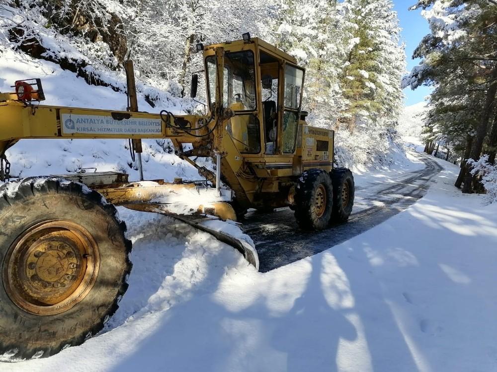 Alanya ve Gündoğmuş'ta karla mücadeleye devam
