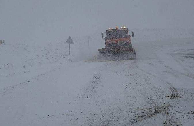 Sivas ve Van'da köy yolları ulaşıma kapandı