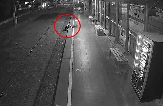 Tramvay raylarına düştü, kadın makinistin dikkati sayesinde kurtuldu
