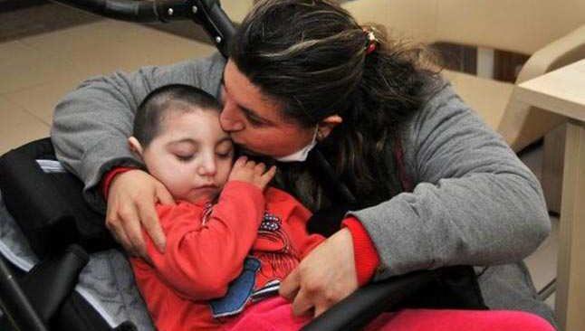 Türkiye'de ilk mikrosefali hastası Medine bebek arabasına mahkum oldu