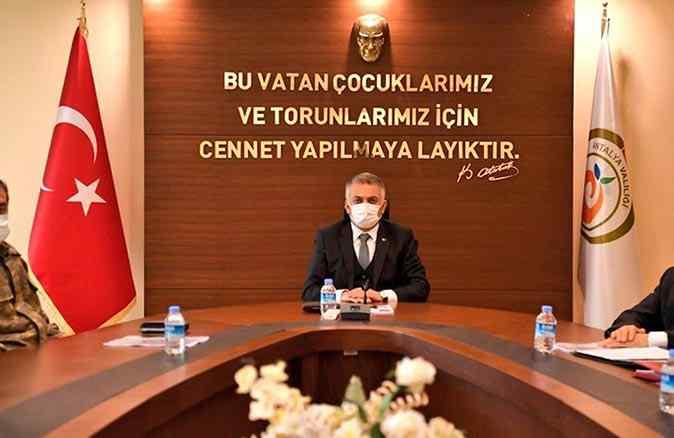 Antalya Valisi Ersin Yazıcı Covid-19'u yenip göreve başladı