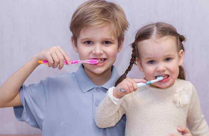 Çocuklar günde en az 2 kez diş fırçalamalı