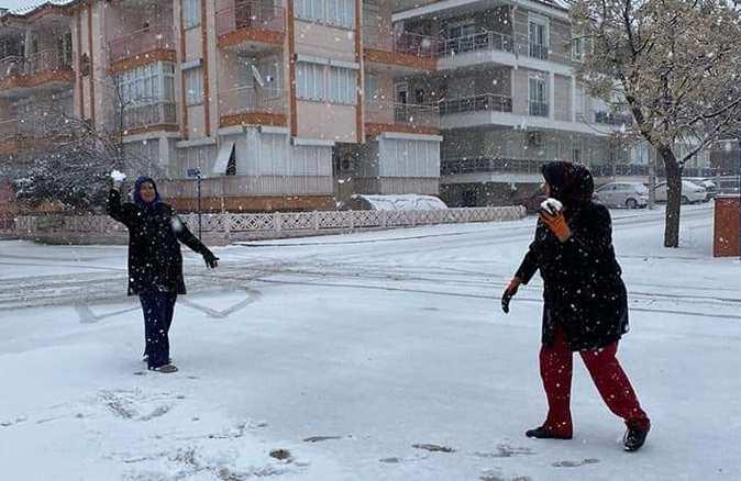 Korkuteli'ne lapa lapa kar yağdı