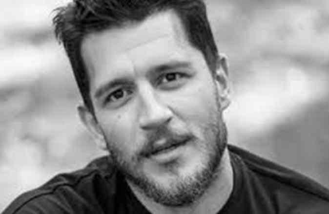 Yeni aşka yelken açan oyuncu Uraz Kaygılaroğlu'ndan sarmas dolaş poz!