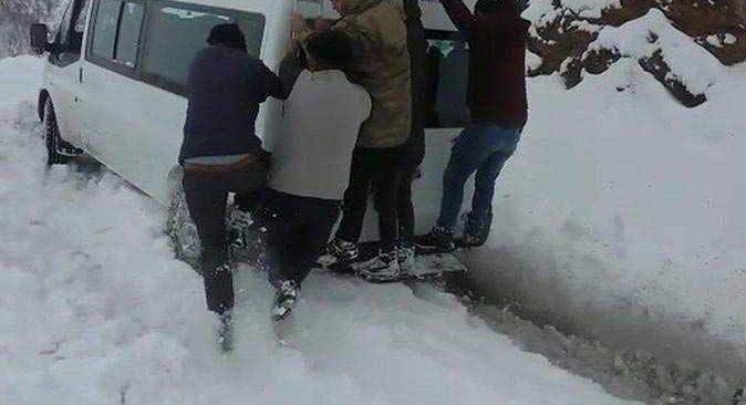 Yolcu minibüsünü yolcular kurtardı