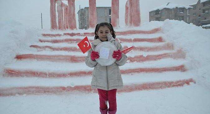 Hakkari'de kardan Anıtkabir maketi yapan baba kız Anıtkabir'e davet edildi