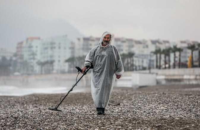 Antalya'yı sağanak vurdu, defineciler plaja koştu
