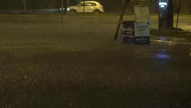 Antalya'da şiddetli yağış yolları göle çevirdi