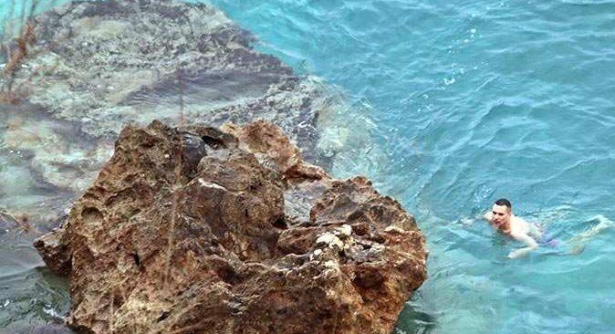 Antalya'da kısıtlamadan muaf tutulan turistler denizin tadını çıkardı