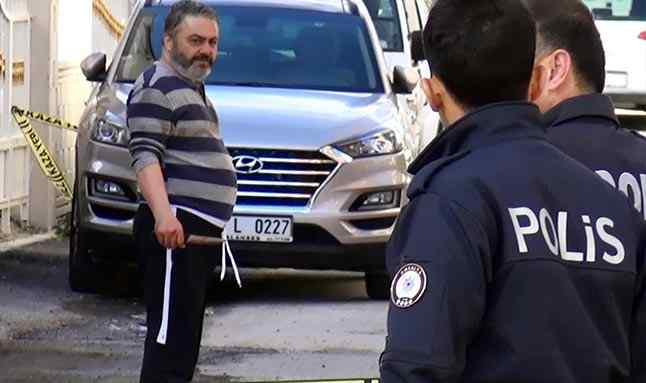 """Antalya'nın Manavgat ilçesinde ilaçlarını almayan, evde bıçakla babası İsmail Kuran'ı öldürüp, annesi Emine Kuran'ı yaralayan şizofreni hastası Erdal Kuran), mahkemede """"Olayla ilgili hiçbir şey hatırlamıyorum. Babamın öldüğünü Adana'da tedavi görürken telefonda gösterdiler, öyle öğrendim"""" dedi."""